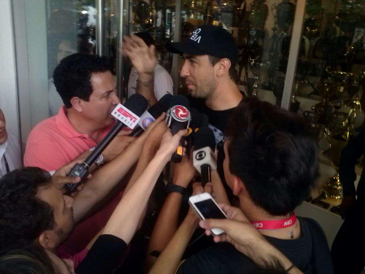 Lucas Pratto conversa rapidamente com jornalistas Foto: Marcellus Madureira/Marcellus Madureira Rodrigues de Oliveira - ME - Especial para o Terra