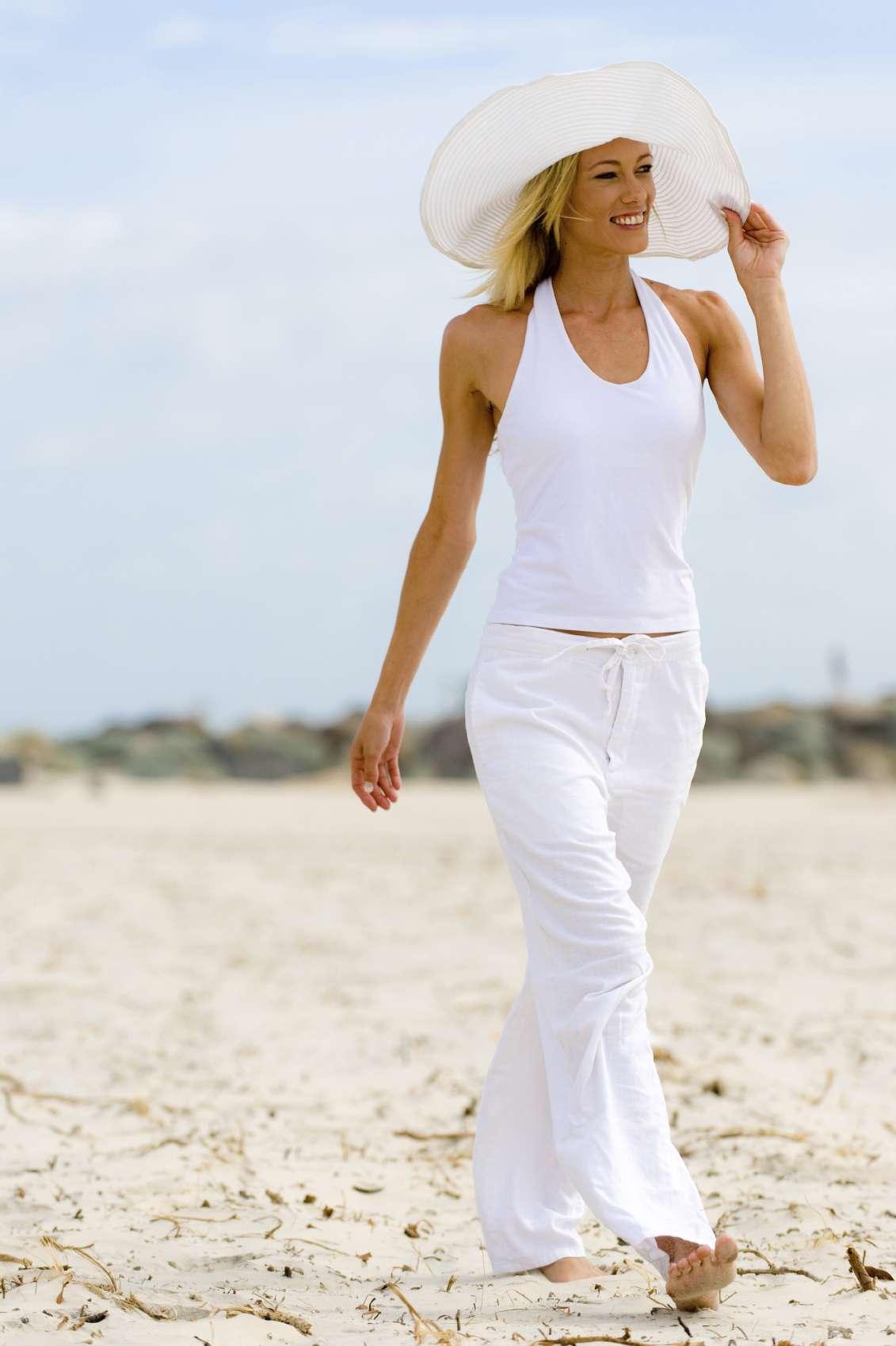 Caminar 60 minutos a velocidad moderada te ayuda a quemar 230 calorías aproximadamente. Foto: iStock