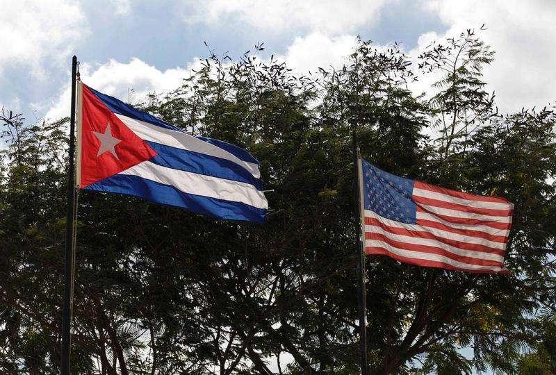 Bandeiras de Cuba e EUA em Havana. 19/12/2014. Foto: Enrique De La Osa/Reuters