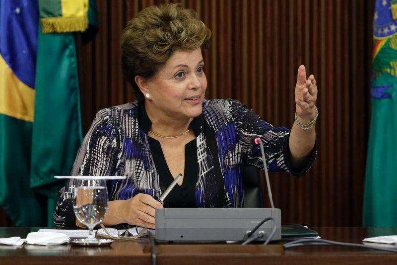 La presidenta de Brasil, Dilma Rousseff, durante una reunión en Palacio Planato en Brasilia. Imagen de archivo, 1 diciembre, 2014. Rousseff dijo el lunes que no está planeando remplazar por ahora a la presidenta ejecutiva de la petrolera estatal Petrobras, Maria Graça Foster, argumentando que no ve señales de irregularidades de la gerencia. Foto: Ueslei Marcelino/Reuters
