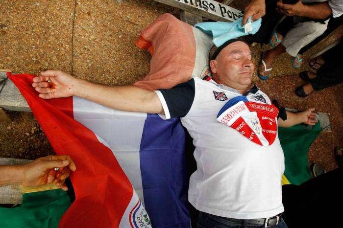A crucificação é acompanhada da abstinência de alimentos sólidos, com o objetivo de diminuir as defecações Foto: EFE