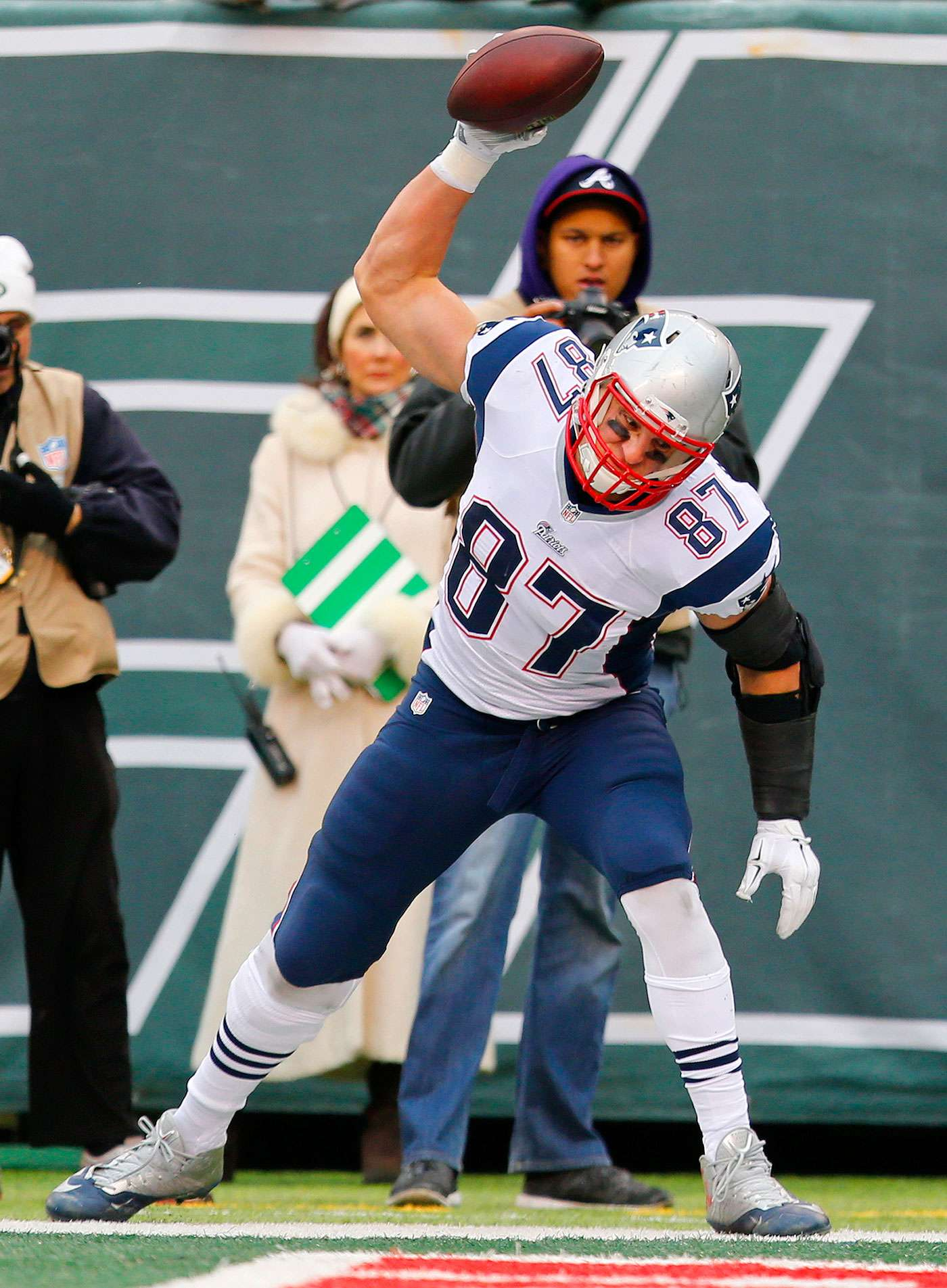 Rob Gronkowski, tight end de los Patriots de Nueva Inglaterra, azota el balón luego de anotar en el partido del domingo 21 de diciembre de 2014, frente a los Jets de Nueva York. Foto: Julio Cortez/AP