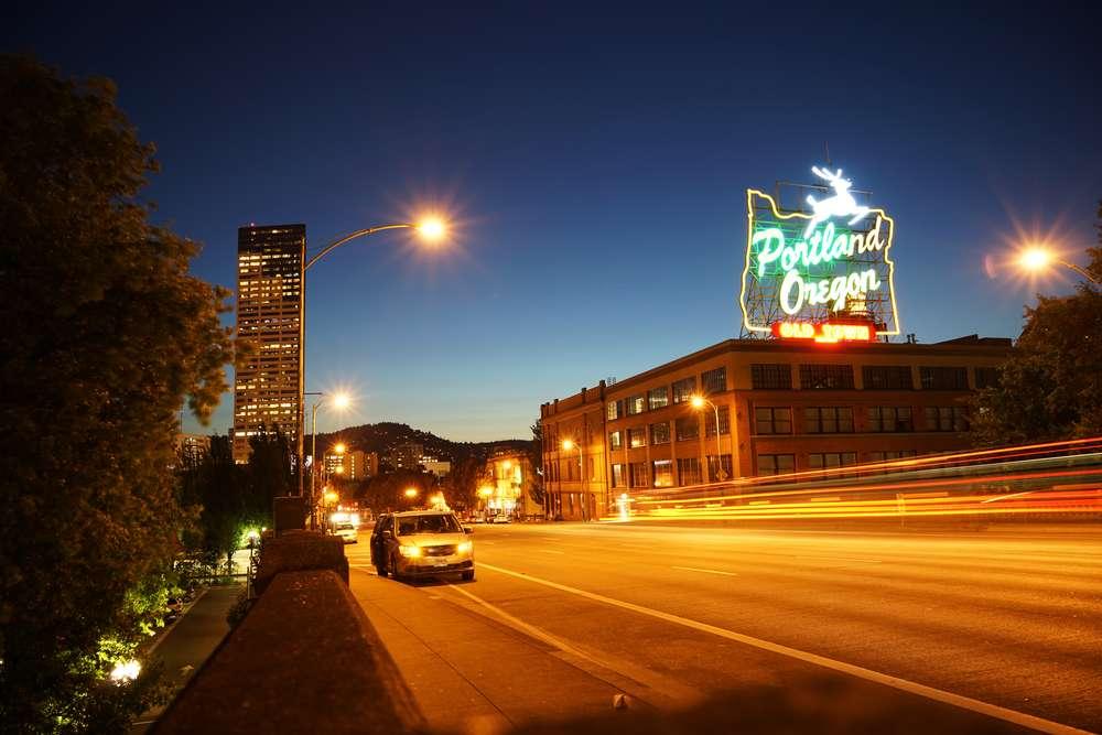 """Portland: excêntrica e cervejeira Os muros da cidade já ostentaram pichações com a frase """"Keep Portland weird"""" (""""Mantenha Portland estranha""""), em uma campanha em prol da cultura local. A maior cidade do Oregon é conhecida pela excentricidade, o investimento em jovens artistas, pela comida do mundo inteiro vendida na rua (bem antes da febre dos food trucks chegar por aqui) e pelas dezenas de cervejarias locais - em julho, recebe a Oregon Brewers, reunindo cervejeiros do mundo todo. Foto: Shutterstock"""