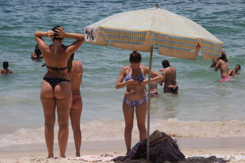 Cariocas aproveitaram o calor para curtir a praia nesta segunda Foto: José Lucena/Futura Press