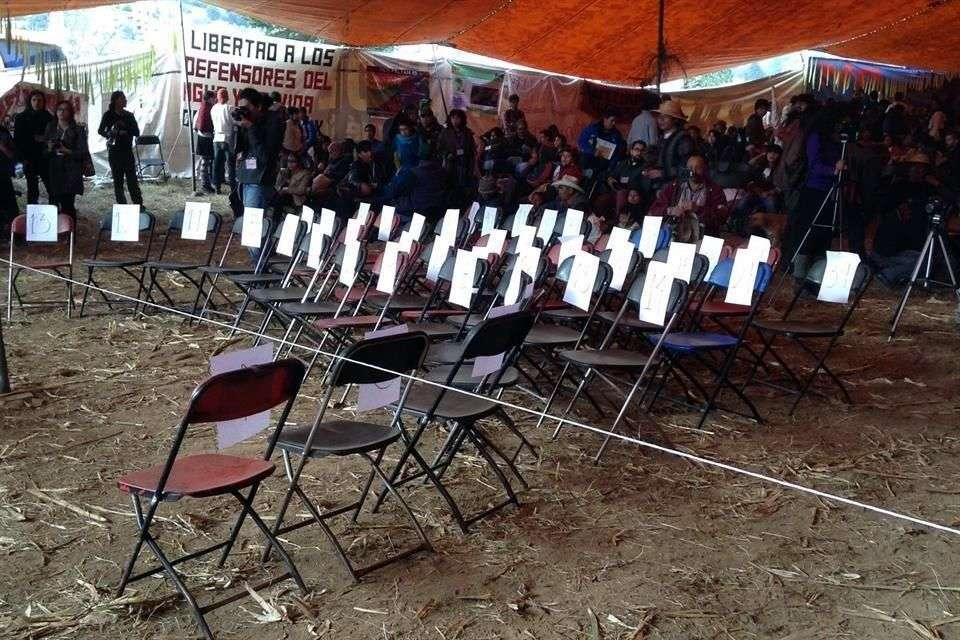 Seis padres de normalistas desaparecidos acudieron a la inauguración del Primer Festival Mundial de las Resistencias y las Rebeldías contra el Capitalismo. Foto: Sandra García/Reforma