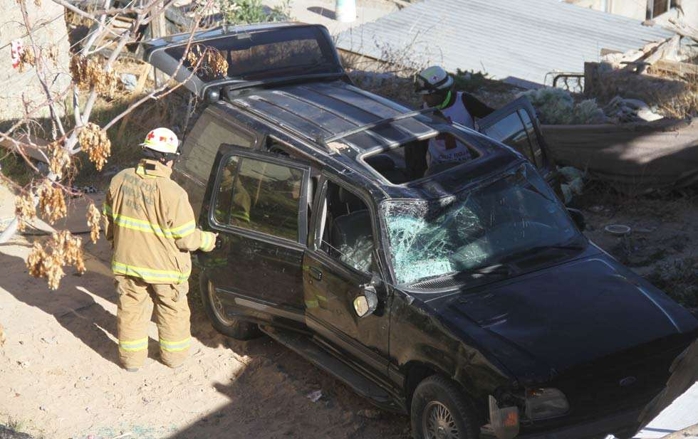 Paramédicos reportaron que los cuatro tripulantes fueron trasladados a hospitales para recibir atención médica, en especial el conductor, quien padece diabetes Foto: Carlos Sánchez/Diario de Juárez