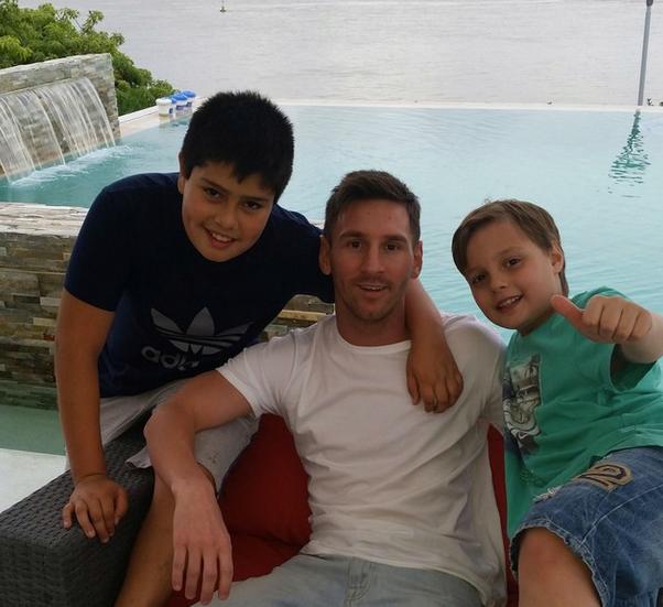 Lio y sus sobrinos, en la paz de su Rosario natal. Foto: Facebook Leo Messi