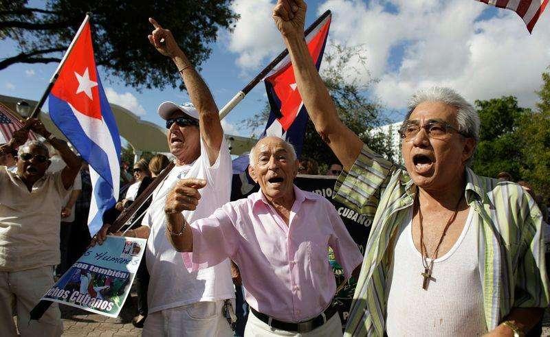 Ativistas anti-Castro protestam em Miami. 20/12/2014. Foto: Javier Galeano/Reuters