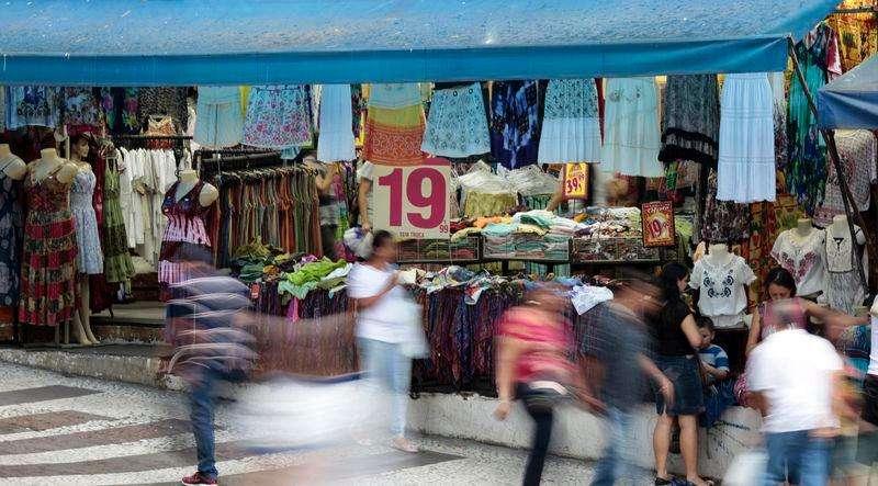 Pessoas andam em frente à loja no centro da cidade de São Paulo. Foto: Paulo Whitaker (BRAZIL - Tags: BUSINESS)/Reuters