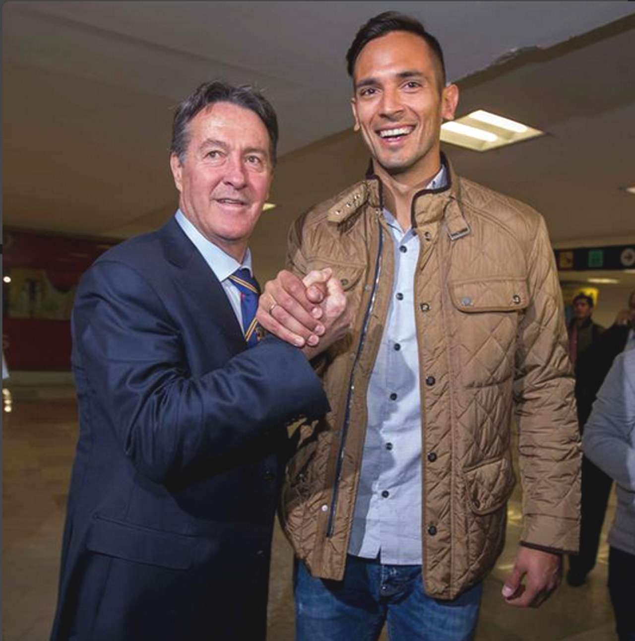 Agustín Manzo y Roque Santa Cruz estrechan la mano. Foto: Récord