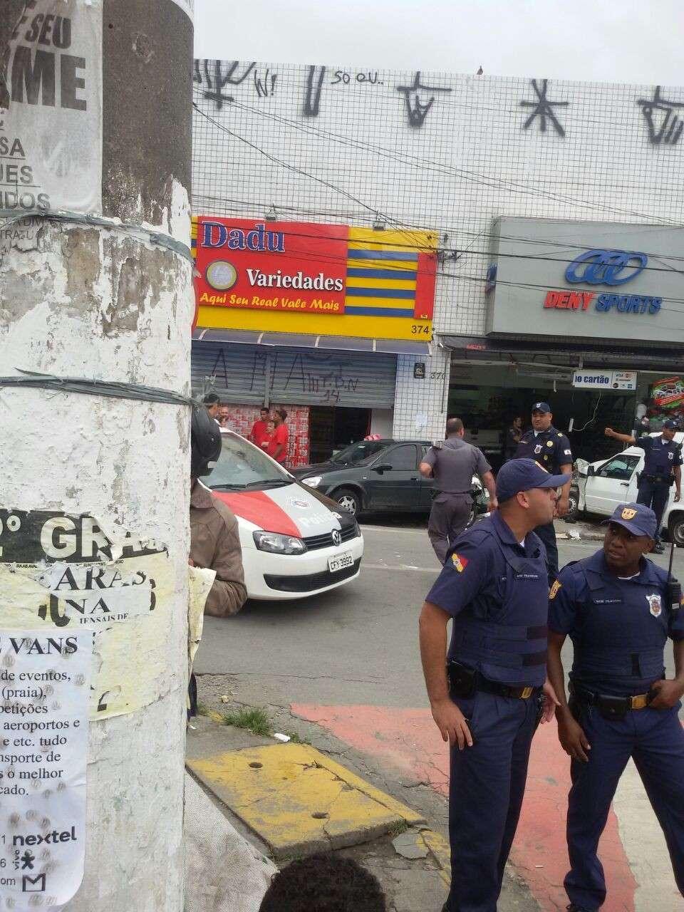 Carro desgovernado bateu em outro veículo e invadiu loja em Itapevi, em São Paulo Foto: Fernando Oliveira/vc repórter