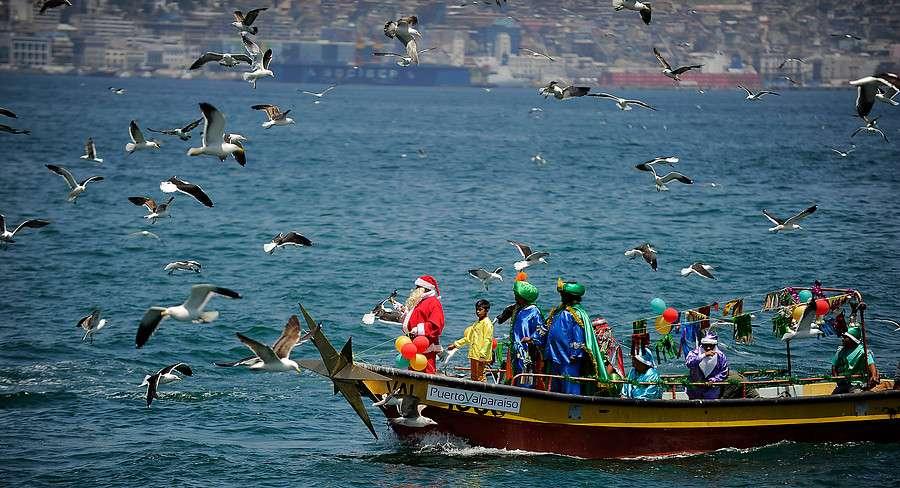 El Sindicato de Pescadores de la Caleta Portales celebran su tradicional fiesta de Navidad con un Viejo Pascuero que llega en una lancha al muelle a entregar los regalos a los hijos de los pescadores en Valparaíso. Foto: Agencia UNO