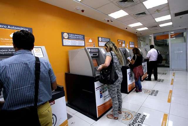 Los chilenos fueron precavidos y se adelantaron a girar dinero de los cajeros automáticos ante fuerte demandan por fiestas de fin de año. Foto: Agencia Uno