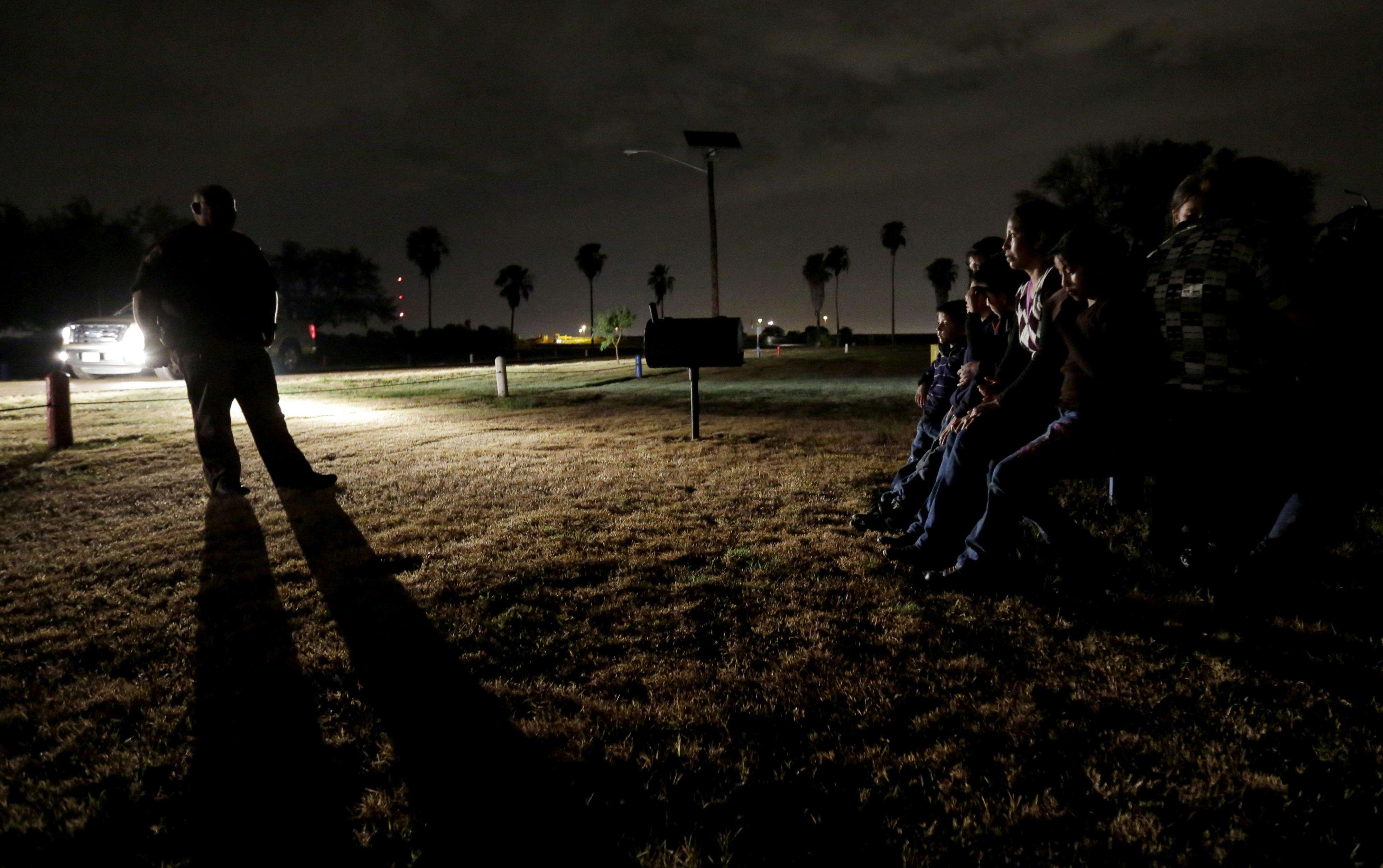 En esta imagen de arhcivo del 25 de junio de 2014, un grupo de inmigrantes de Honduras y El Salvador que curzaron la frontera entre EEUU y El Salvador de forma ilegal son detenidos en Granjeno, Texas. Foto: AP en español