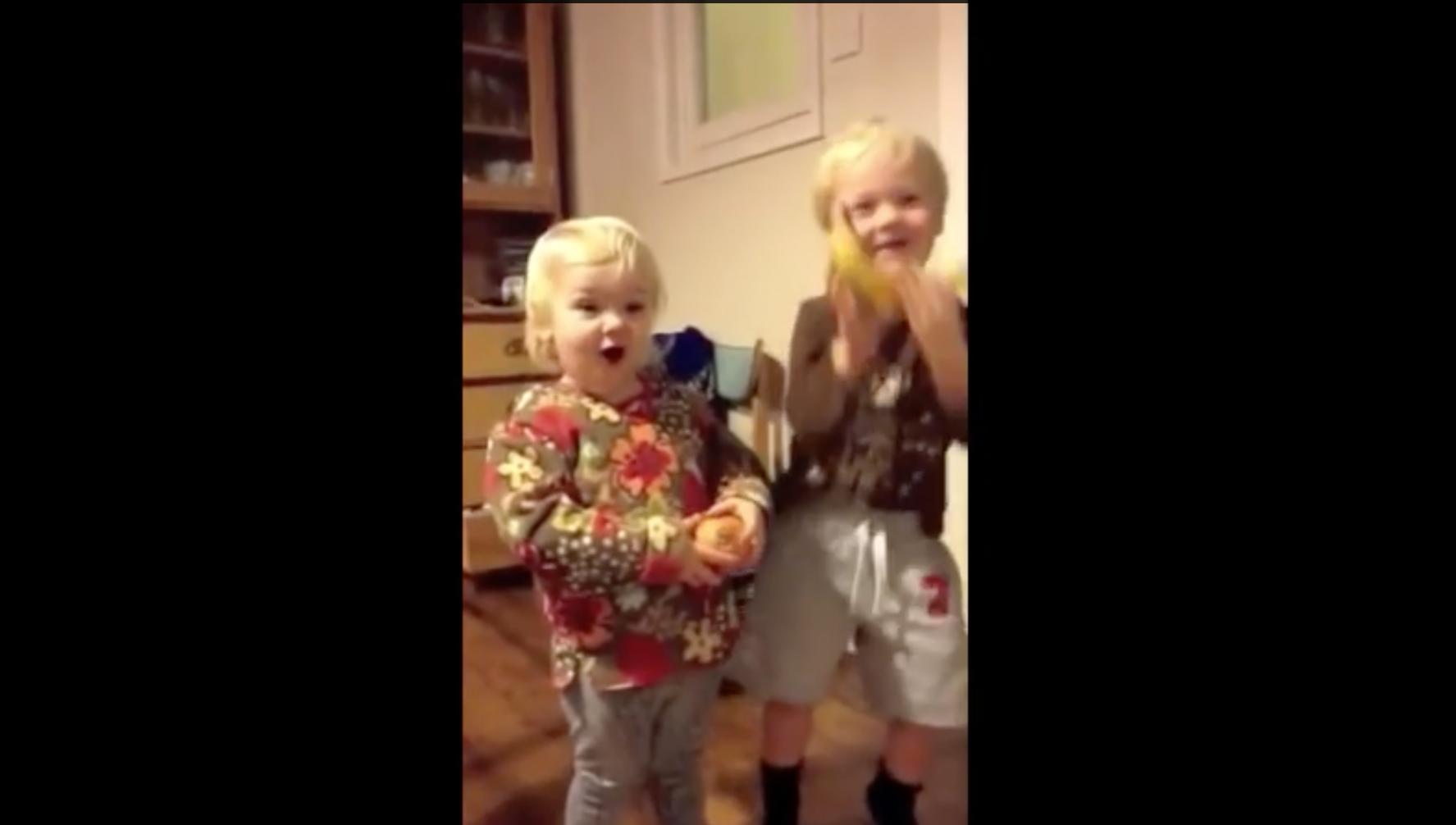 Niños reciben horrible regalo de Navidad. Foto: Youtube/Tim Cocker