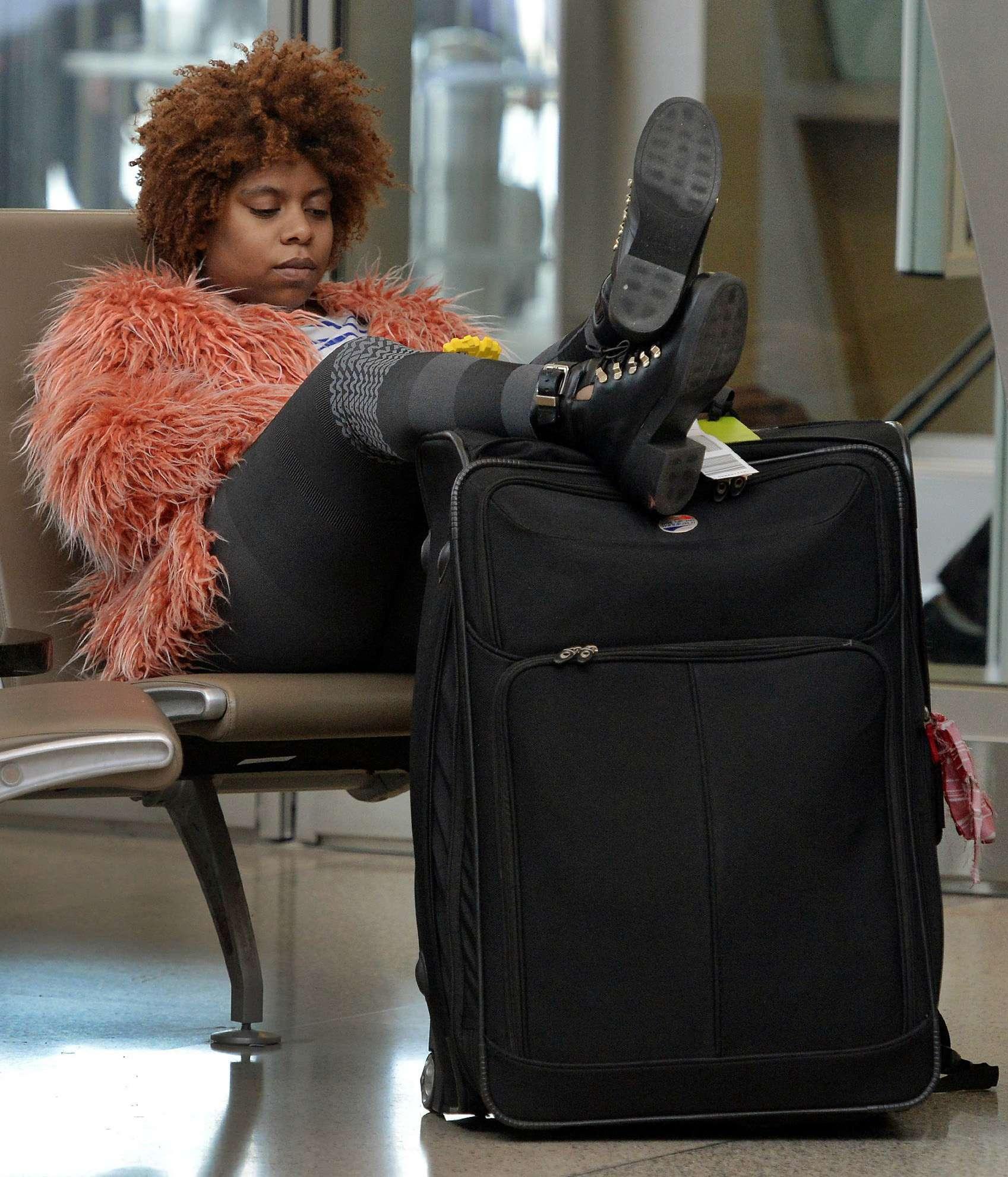 Scarlett Newman, de 24 años, espera pacientemente a que llegue el vuelo de su madre en el aeropuerto internacional de Raleigh-Durham, el 23 de diciembre de 2014, en Durham, Carolina del Norte. Foto: AP en español