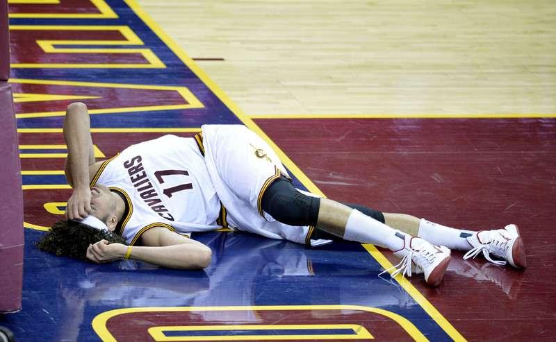 Anderson Varejão saiu machucado em vitória do Cleveland Cavaliers Foto: David Richard/Reuters