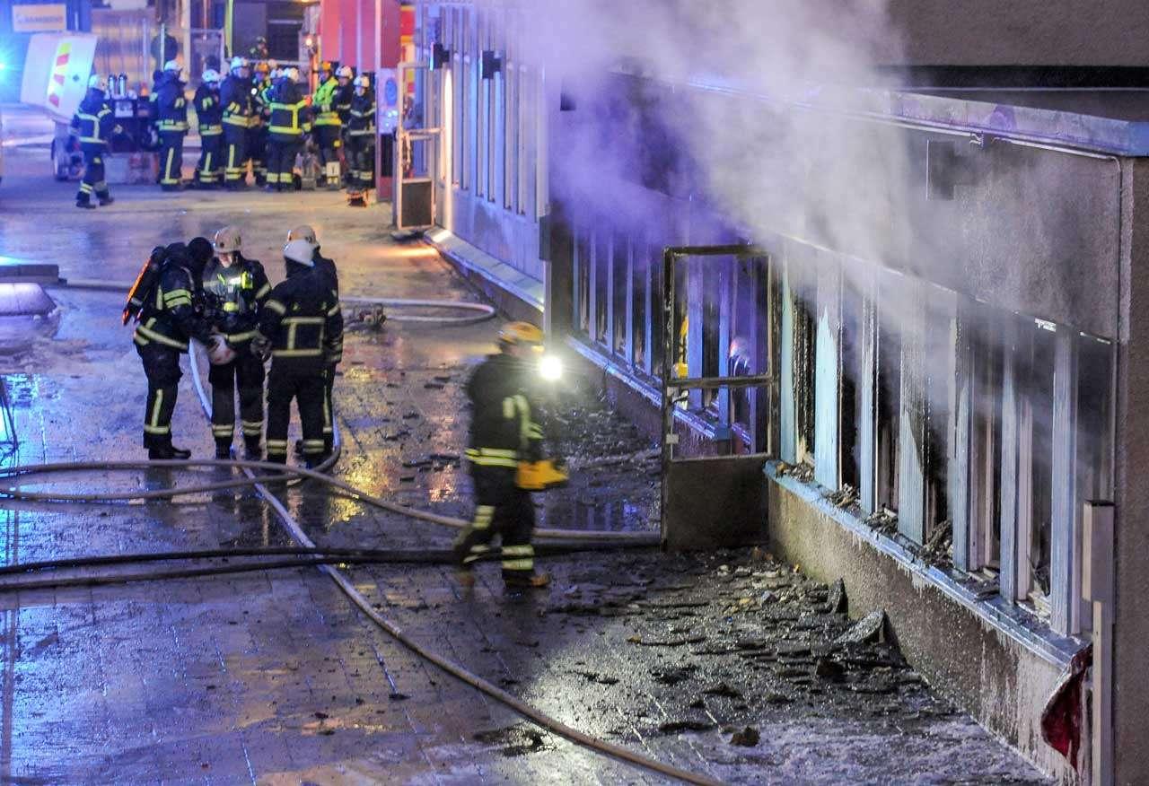 El humo sale de una mezquita ubicada en un sótano mientras los bomberos revisan el edificio, en Eskilstuna, Suecia. El incendio dejó 5 muertos en un ataque atribuido a la ultraderecha, el 25 de diciembre de 2014. Foto: AFP en español