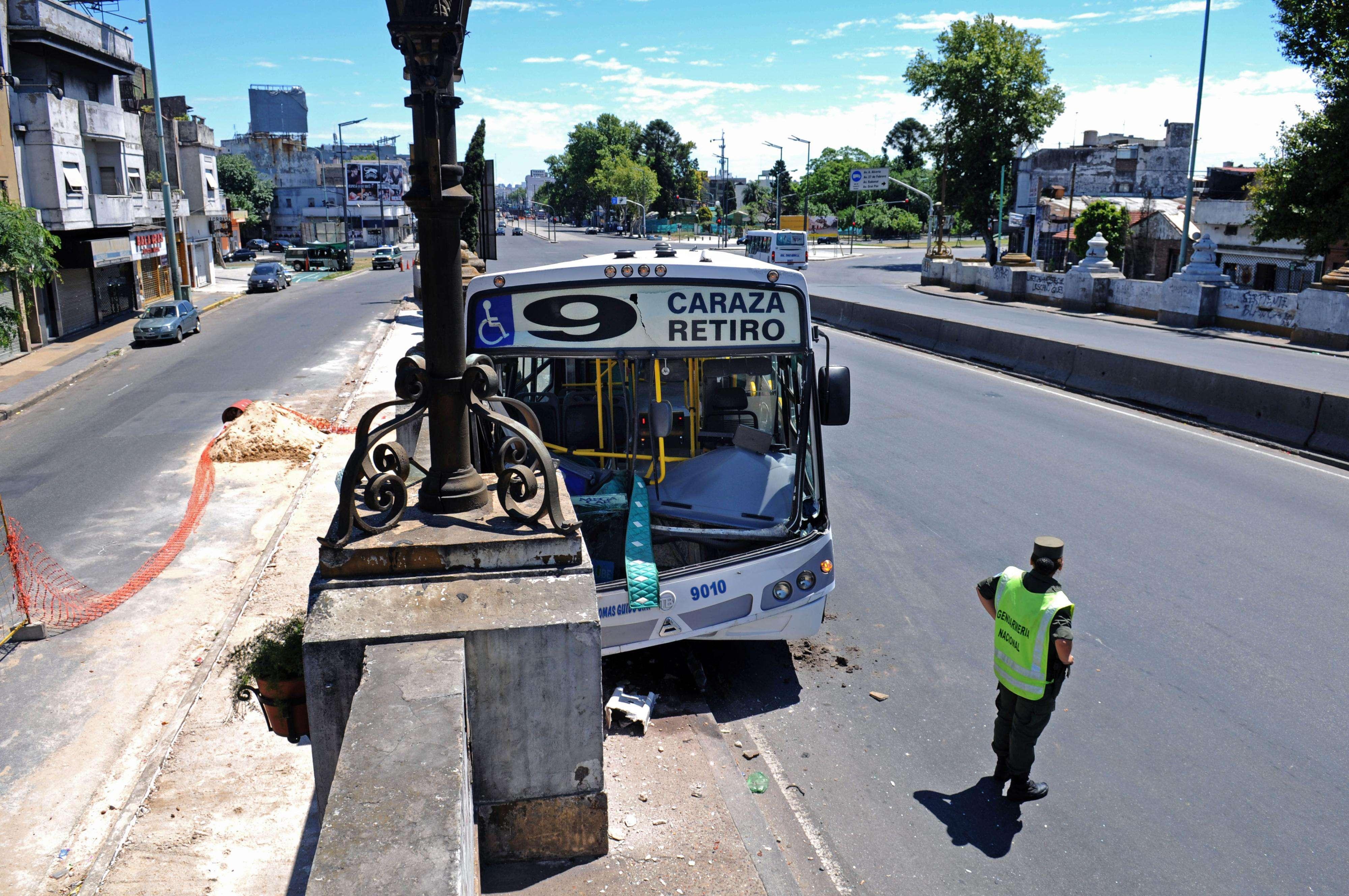 Un colectivo de la Línea 9 colisionó contra el lateral del puente Uriburu, Foto: Noticias Argentinas