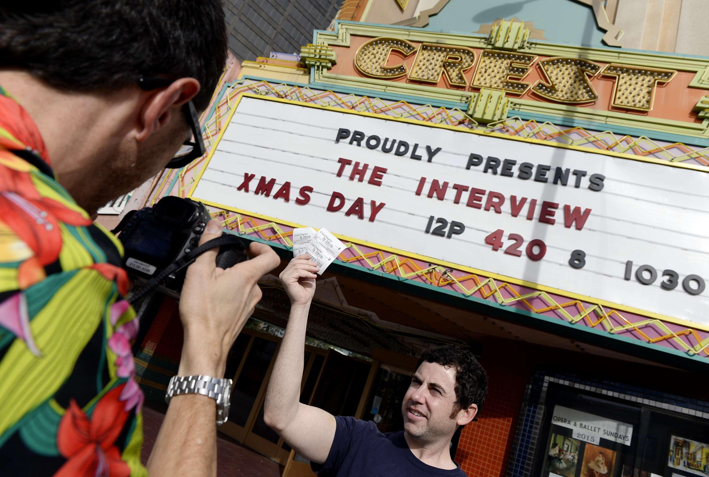 """Gerente do Crest Theater, em Los Angeles, exibe entradas para o filme sobre a Coreia do Norte, """"A Entrevista"""" Foto: Kevork Djansezian/Reuters"""