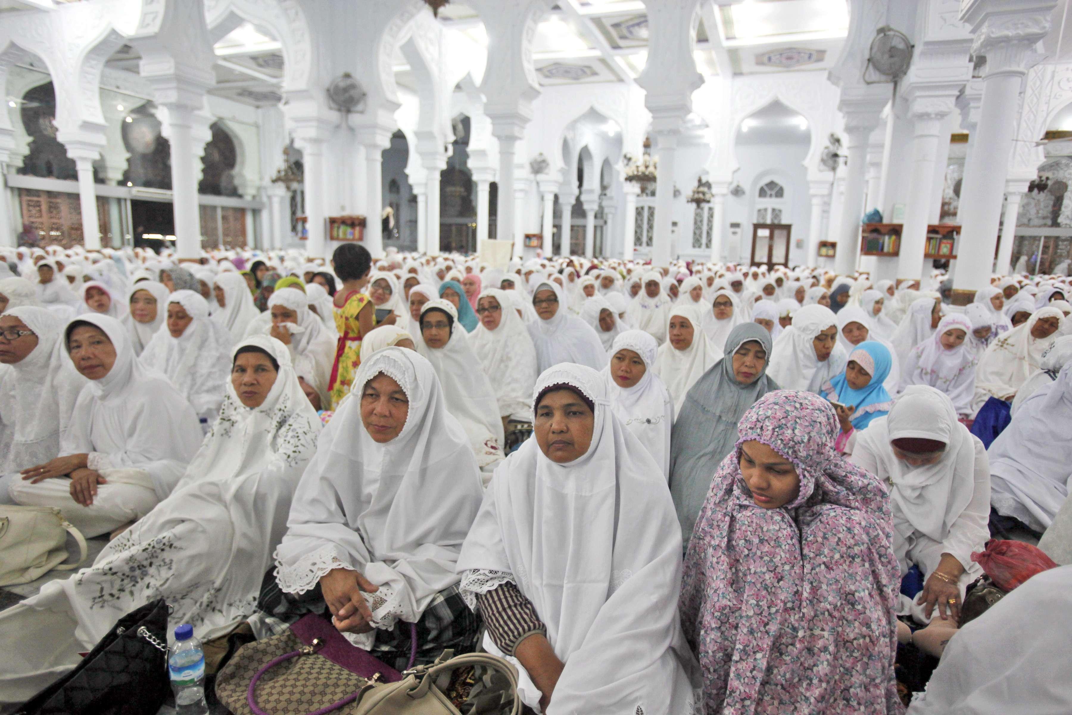 Milhares participam de oração em memória das vítimas do tsunami de 2004 na Grande Mesquita de Banda Aceh, na Indonésia, em 25 de dezembro Foto: Binsar Bakkara/AP