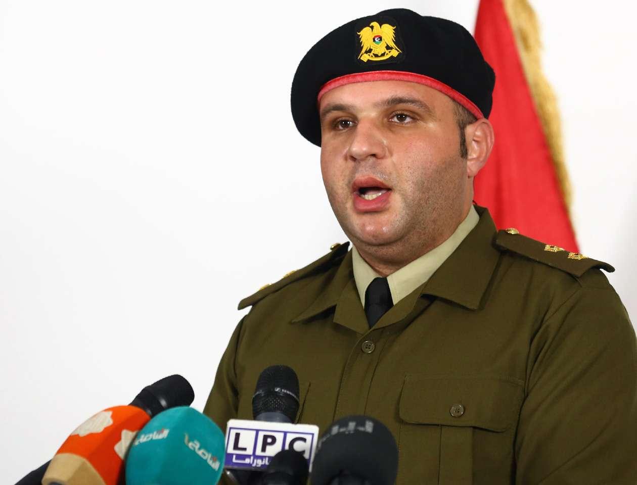 El teniente Mohammed Abdul Kafi da una durante una conferencia de prensa en Trípoli después de un ataque por sorpresa en el que utilizan lanchas rápidas en un fallido intento por apoderarse de algunas de las principales terminales de petróleo de Libia Foto: MAHMUD TURKIA/AFP
