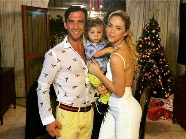 Antonio Pavón y Sheyla Rojas al lado de su hijo. Foto: Instagram