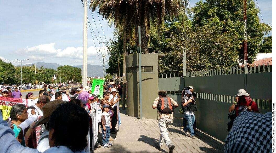 Vandalizan cuartel militar en Iguala Foto: Agencia Reforma