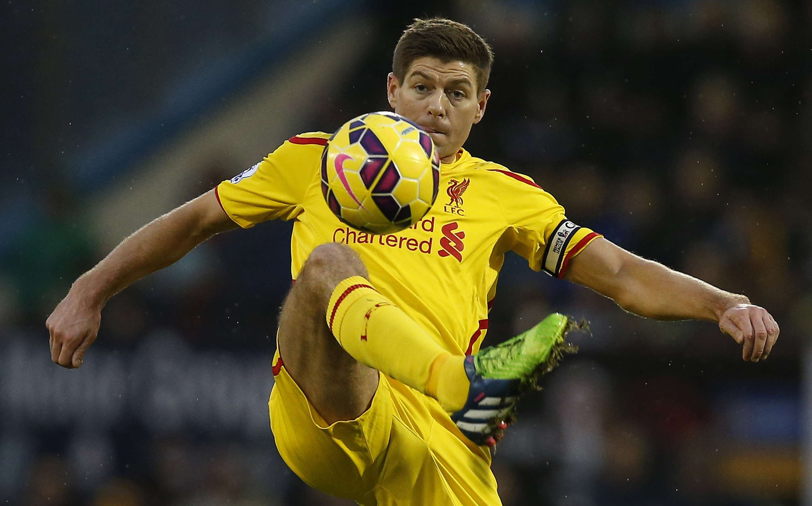 """Liverpool's Steven Gerrard controls the ball during their English Premier League soccer match against Burnley at Turf Moor in Burnley, northern England December 26, 2014. REUTERS/Andrew Yates (BRITAIN - Tags: SPORT SOCCER) NO USE WITH UNAUTHORIZED AUDIO, VIDEO, DATA, FIXTURE LISTS, CLUB/LEAGUE LOGOS OR """"LIVE"""" SERVICES. ONLINE IN-MATCH USE LIMITED TO 45 IMAGES, NO VIDEO EMULATION. NO USE IN BETTING, GAMES OR SINGLE CLUB/LEAGUE/PLAYER PUBLICATIONS. FOR EDITORIAL USE ONLY. NOT FOR SALE FOR MARKETING OR ADVERTISING CAMPAIGNS Foto: ANDREW YATES/REUTERS"""
