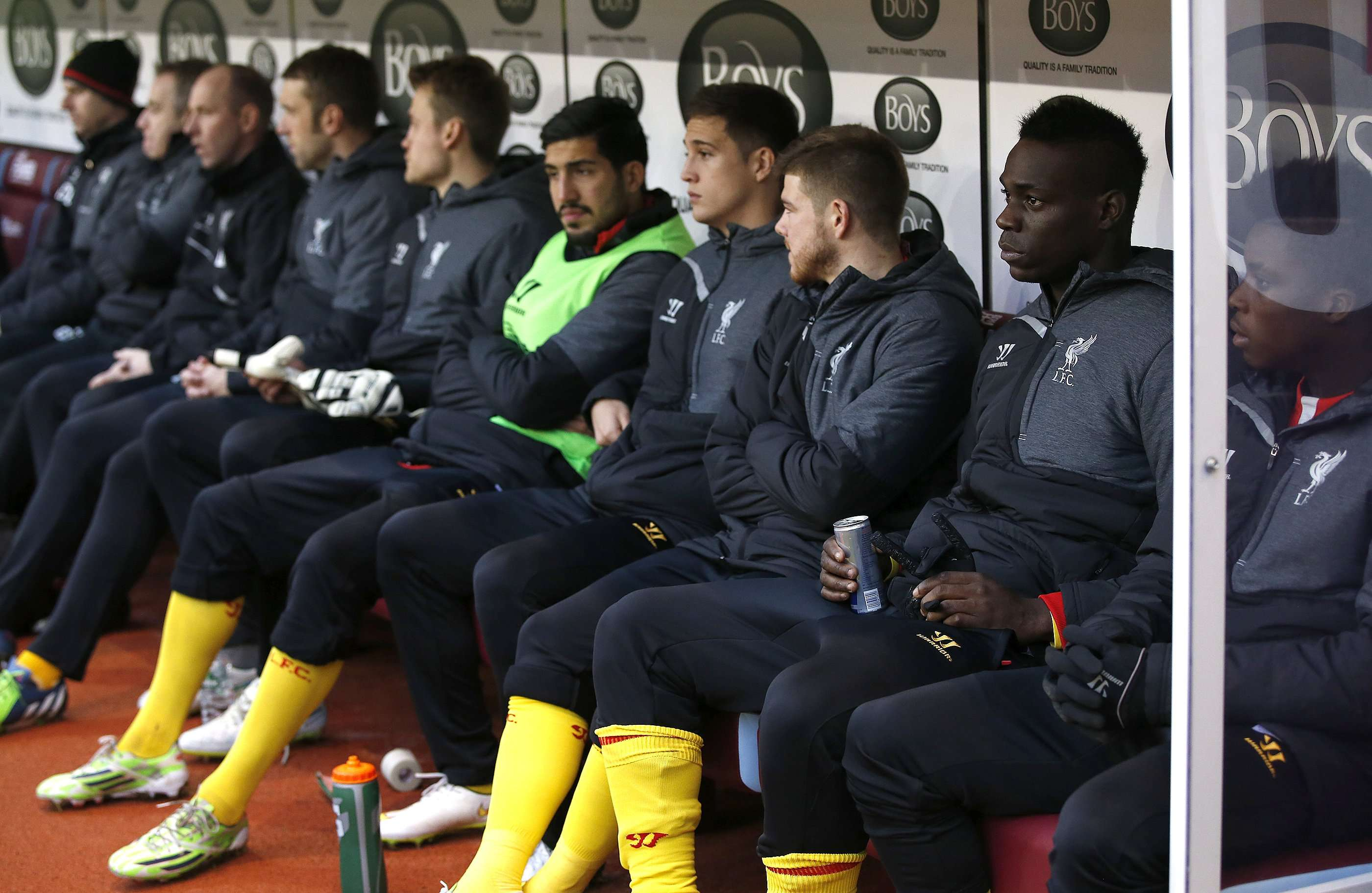 """Liverpool's Mario Balotelli (2nd R) sits on the substitutes bench during their English Premier League soccer match against Burnley at Turf Moor in Burnley, northern England December 26, 2014. REUTERS/Andrew Yates (BRITAIN - Tags: SPORT SOCCER) NO USE WITH UNAUTHORIZED AUDIO, VIDEO, DATA, FIXTURE LISTS, CLUB/LEAGUE LOGOS OR """"LIVE"""" SERVICES. ONLINE IN-MATCH USE LIMITED TO 45 IMAGES, NO VIDEO EMULATION. NO USE IN BETTING, GAMES OR SINGLE CLUB/LEAGUE/PLAYER PUBLICATIONS. FOR EDITORIAL USE ONLY. NOT FOR SALE FOR MARKETING OR ADVERTISING CAMPAIGNS Foto: ANDREW YATES/REUTERS"""