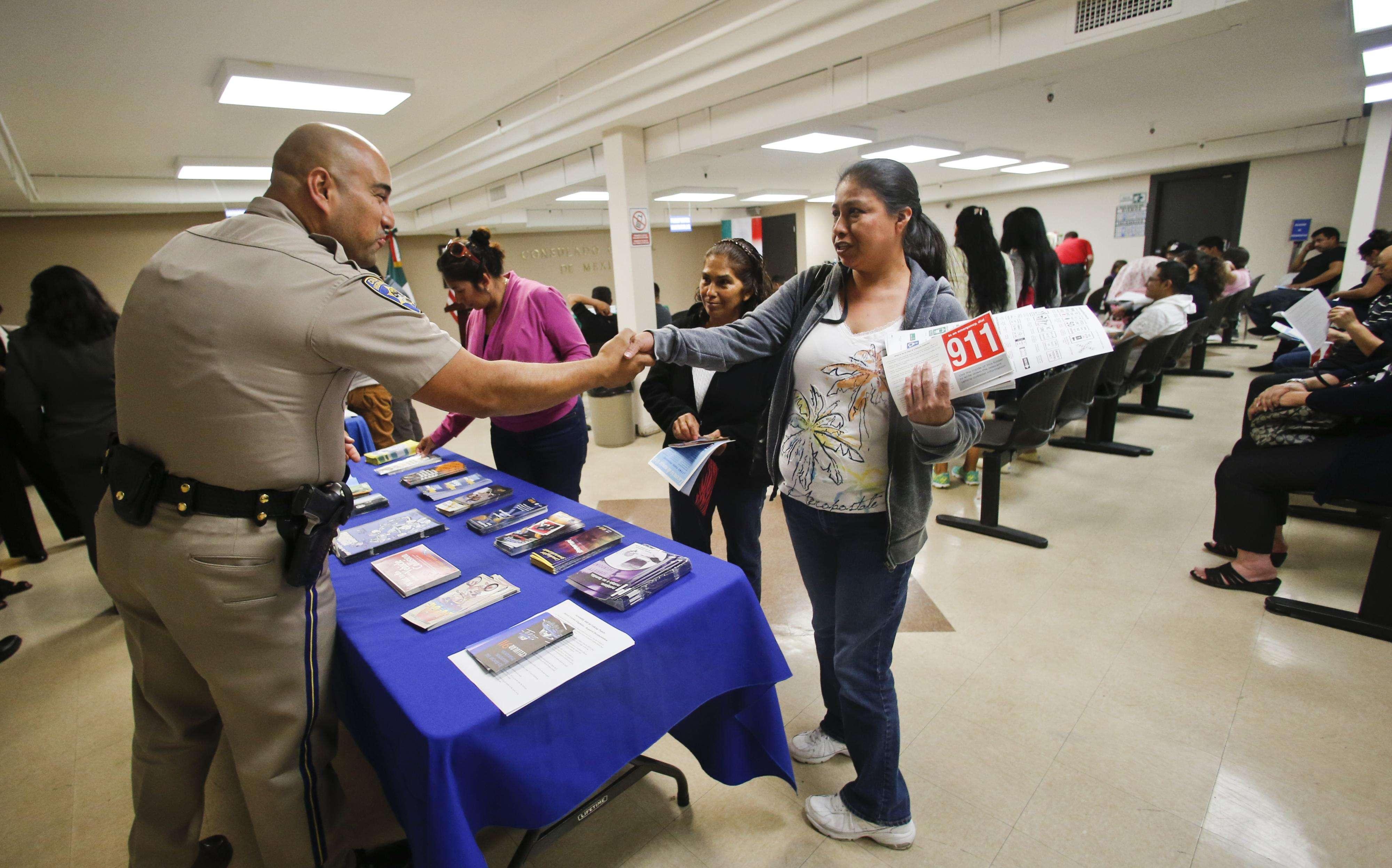 Interesados solicitan información sobre el trámite de licencias de conducir en San Diego, California. Foto: AP en español