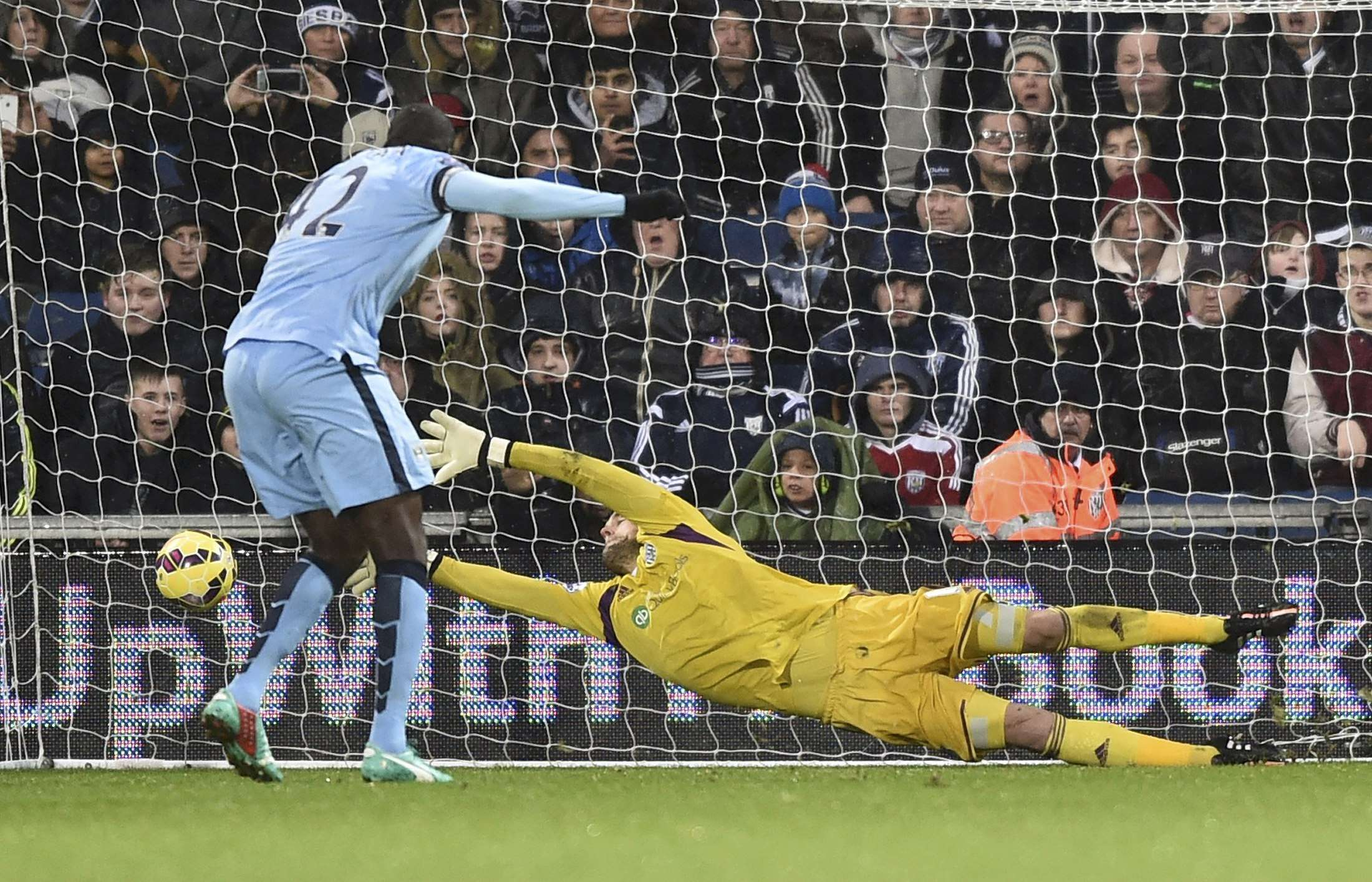 Manchester City's Yaya Toure shoots to score a goal from a penalty during their English Premier League soccer match against West Bromwich Albion at The Hawthorns in West Bromwich, central England December 26, 2014. REUTERS/Toby Melville (BRITAIN - Tags: SOCCER SPORT) FOR EDITORIAL USE ONLY. NOT FOR SALE FOR MARKETING OR ADVERTISING CAMPAIGNS. EDITORIAL USE ONLY. NO USE WITH UNAUTHORIZED AUDIO, VIDEO, DATA, FIXTURE LISTS, CLUB/LEAGUE LOGOS OR 'LIVE' SERVICES. ONLINE IN-MATCH USE LIMITED TO 45 IMAGES, NO VIDEO EMULATION. NO USE IN BETTING, GAMES OR SINGLE CLUB/LEAGUE/PLAYER PUBLICATIONS. Foto: TOBY MELVILLE/REUTERS
