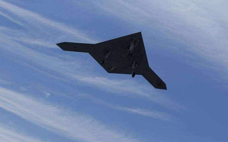 Um drone de combate X-47B fotografado acima de um porta-aviões. 14/05/2013 Foto: Jason Reed/Reuters