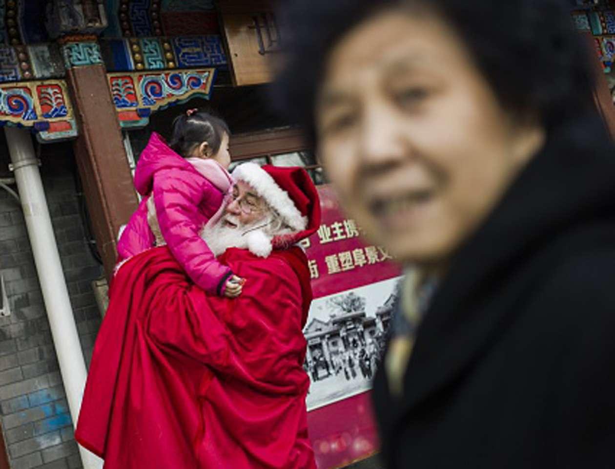 La Navidad ha entrado con fuerza en los últimos años en la cultura china, especialmente a través de los comercios. Imagen de ilustración Foto: FRED DUFOUR/AFP/Archivo