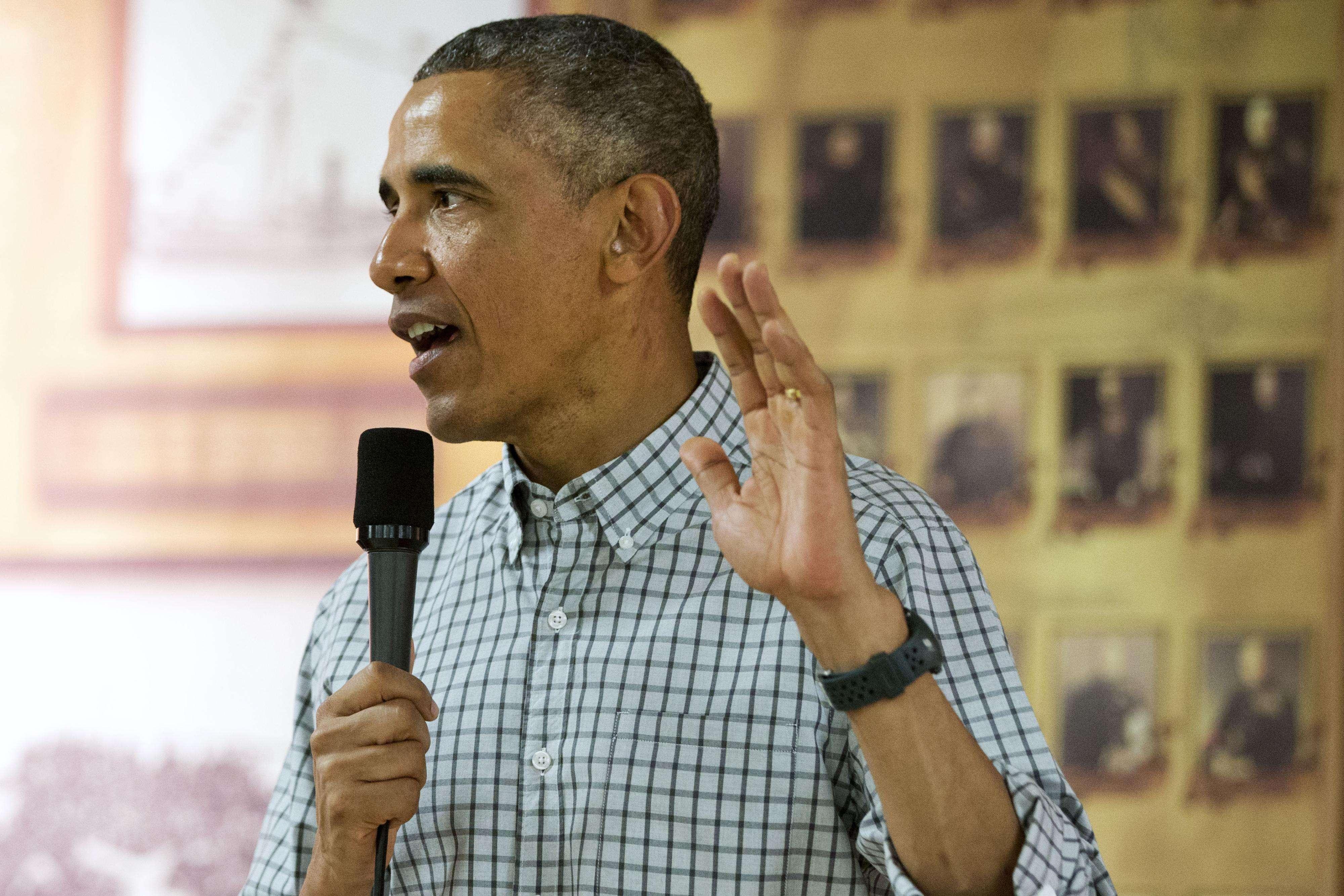 El presidente de Estados Unidos, Barack Obama, habla a las tropas y sus familias el día de Navidad, el 25 de diciembre de 2014 en la base de Marines de Kaneohe Bay, en Hawai, durante las vacaciones de la familia Obama. Foto: AP en español