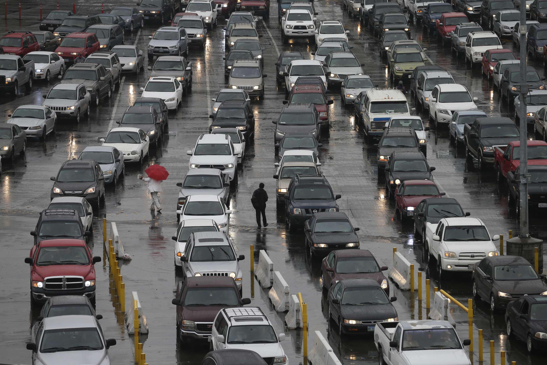 Automóviles aguardan para ingresar a Estados Unidos desde Tijuana, México, a través del puerto de ingreso de San Ysidro en San Diego. Foto: AP en español