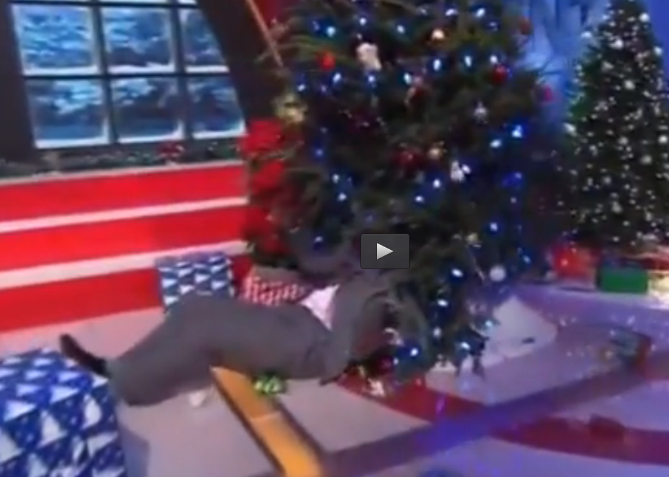 Shaq O'Neal en el momento que cae sobre el árbol de Navidad. Foto: YouTube