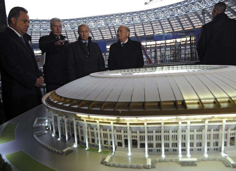 Russia's Sports Minister Vitaly Mutko (L), President Vladimir Putin (C) and FIFA President Sepp Blatter (2nd R) listens to Moscow's Mayor Sergei Sobyanin at the Luzhniki Stadium, which is under construction, in Moscow, October 28, 2014. Foto: Mikhail Klimentyev/Reuters