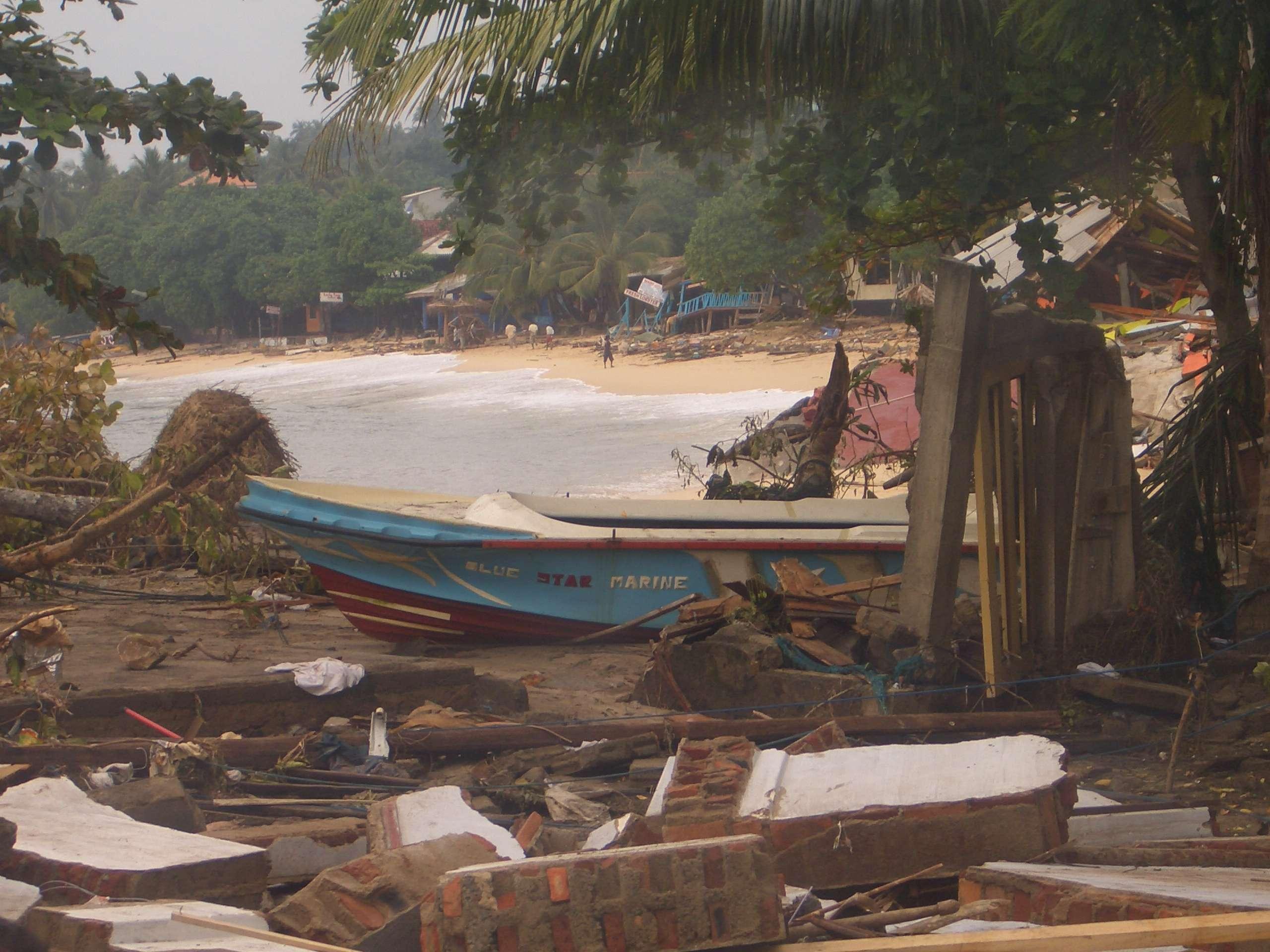 """""""A onda destruiu paredes, árvores e os prédios em nossa volta, antes de crescer e crescer"""", disse Louis Foto: Louis Cryer/BBCBrasil.com"""