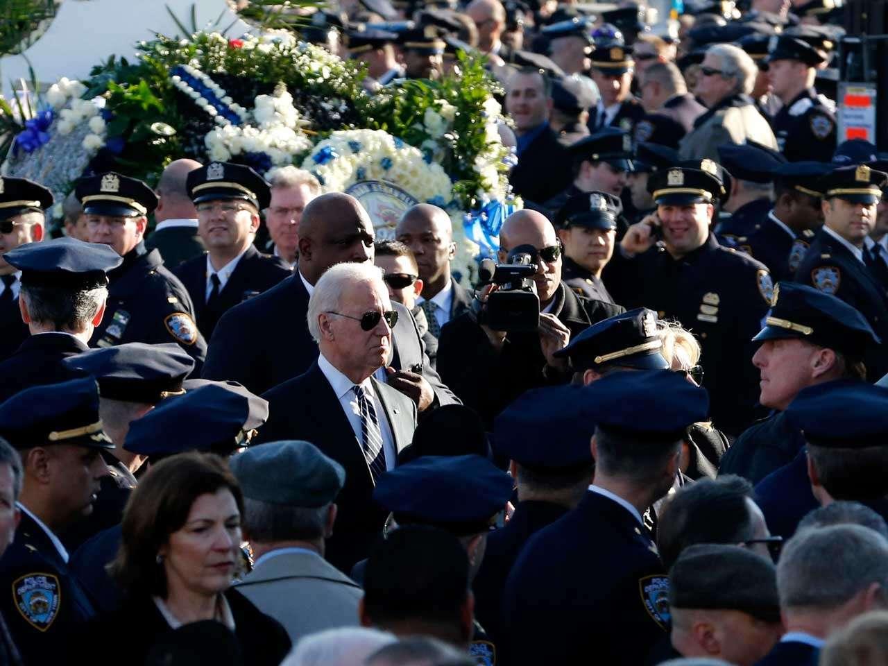 Joe Biden, vicepresidente de los Estados Unidos, arriba al funeral del agente de policía Rafael Ramos, quien fue asesinado el fin de semana pasado en Nueva York, 27 de diciembre de 2014. Foto: AP en español