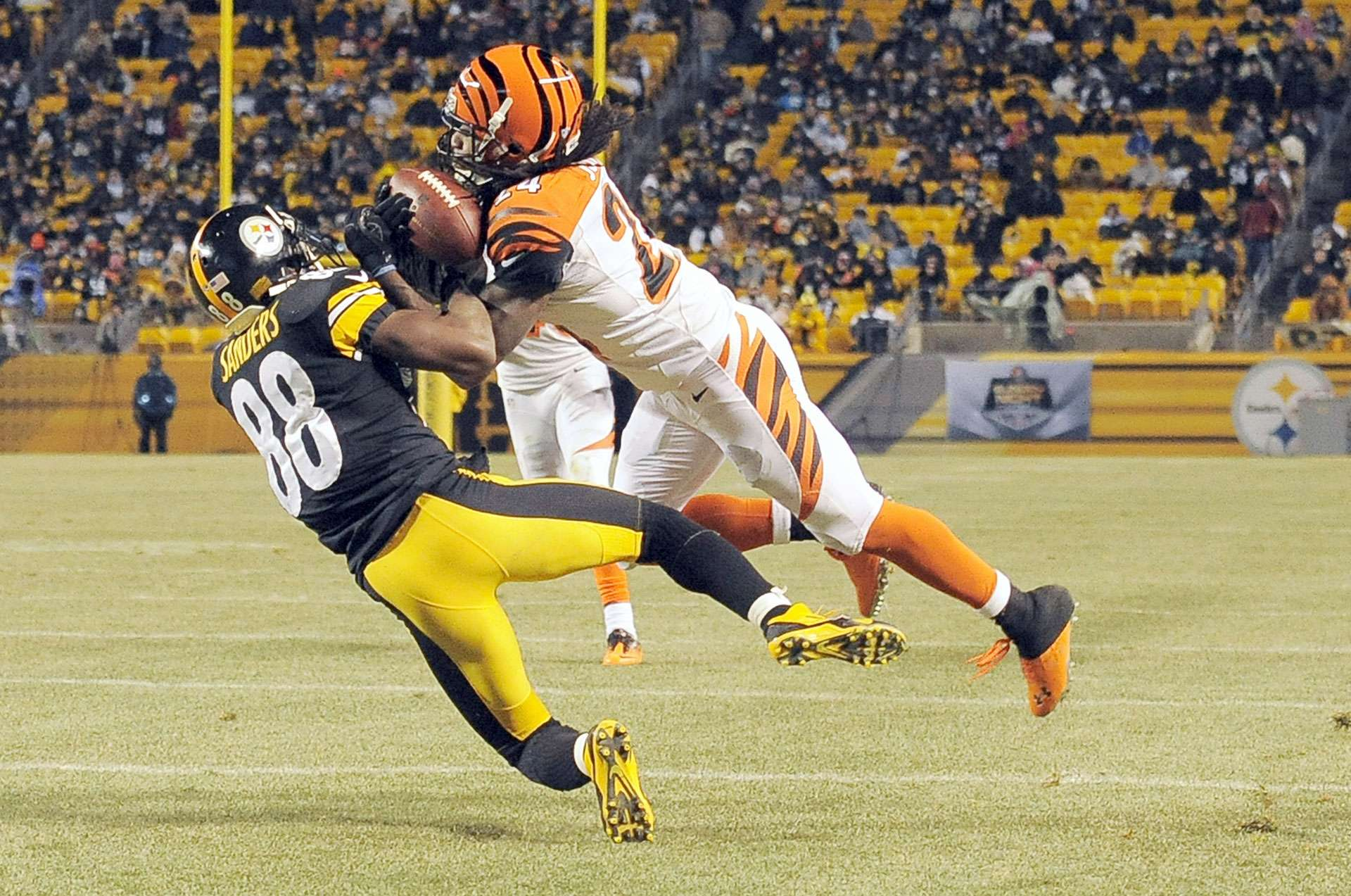Bengals vs. Steelers (Domingo por la noche). Los dos equipos están calificados, pero el título de la AFC Norte les puede cambiar su camino en los playoffs. Ambos tienen marca de 6-2 a partir de la semana 8 y hace dos semanas, los Steelers aplastaron a los Bengals, que buscan su quinto triunfo consecutivo como visitantes. Si la defensa de Cincinnati logra detener a Le'Veon Bell pueden ganar el juego, si no lo contienen volverán a perder. Triunfo de los Steelers por menos de 7 puntos. Foto: AP