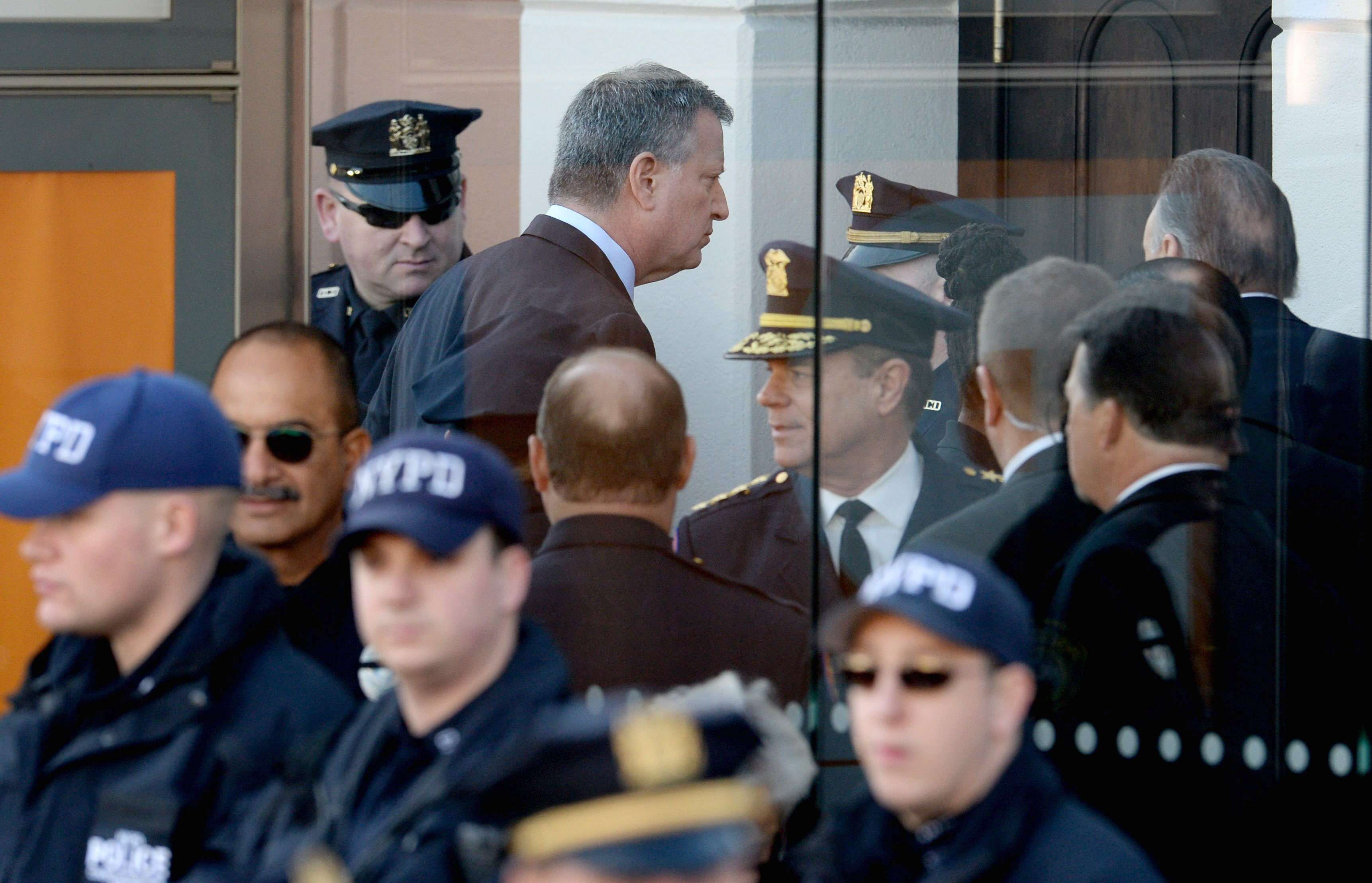 El alcalde de Nueva York, Bill de Blasio (c-i), en su llegada hoy al funeral de Rafael Ramos, el policía asesinado el pasado 20 de diciembre, en Nueva York (Estados Unidos). Foto: EFE en español