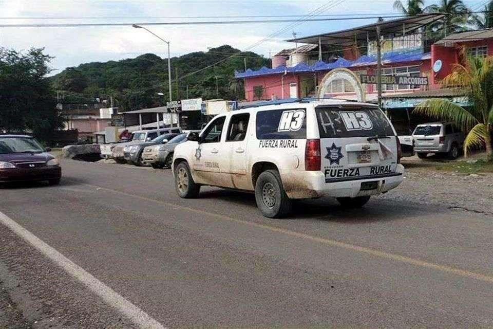 Camioneta Suburban, color blanco, con vidrios polarizados, circulando por algún poblado de la entidad. Luce las insignias del grupo armado H3. Foto: Archivo/Reforma