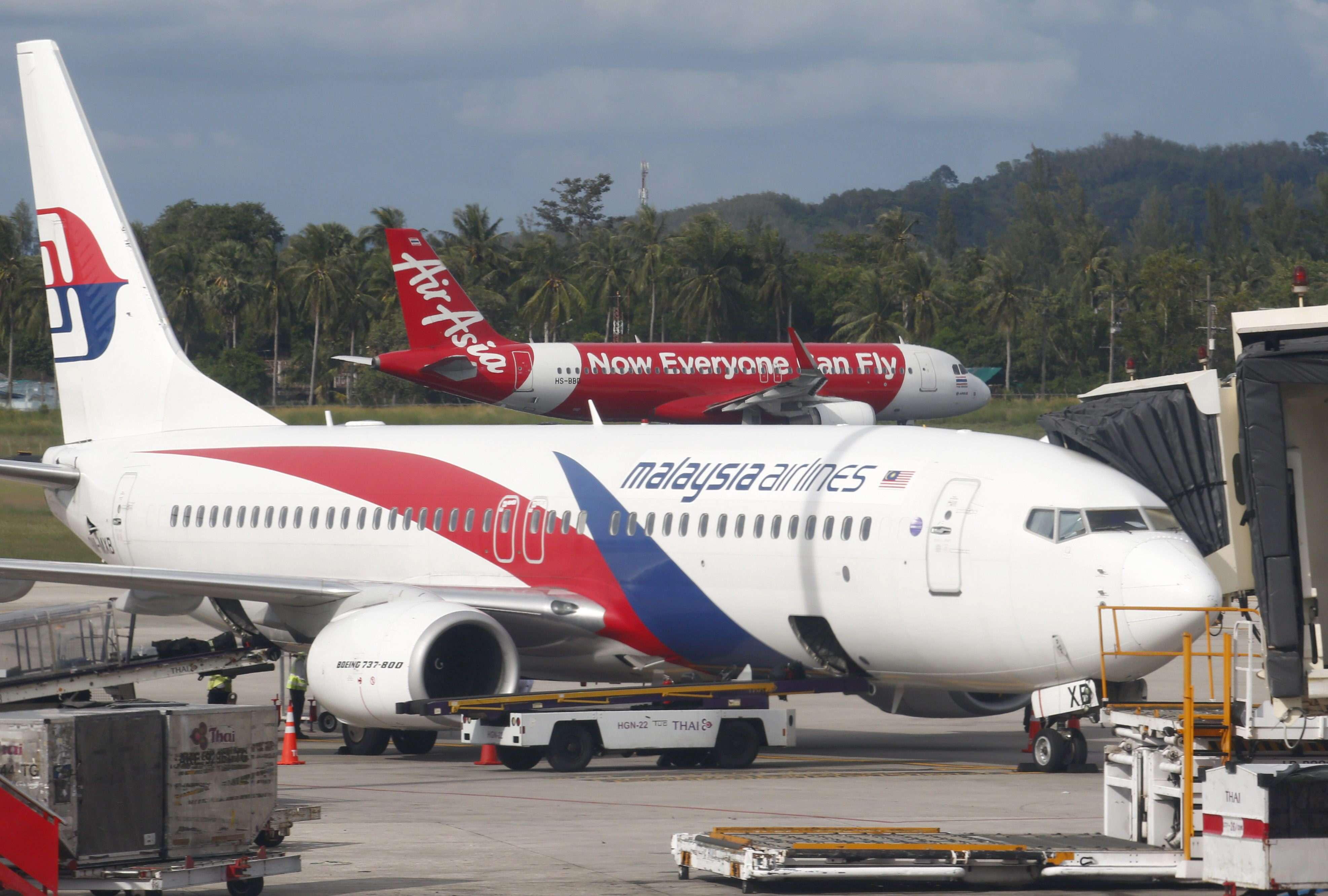 Un avión de AirAsia (al fondo) a punto de despegar. Foto: EFE en español