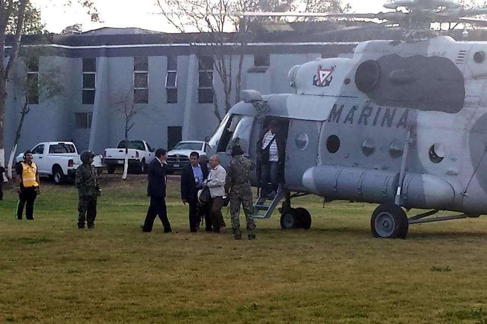 A bordo de un helicóptero de la Marina, el fundador de las autodefensas, Hipólito Mora, arribó esta tarde en calidad de detenido a Morelia. Foto: Reforma