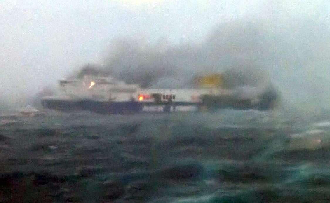 Un ferry italiano se incendia cuando iba de Grecia a Italia. Foto: EFE en español