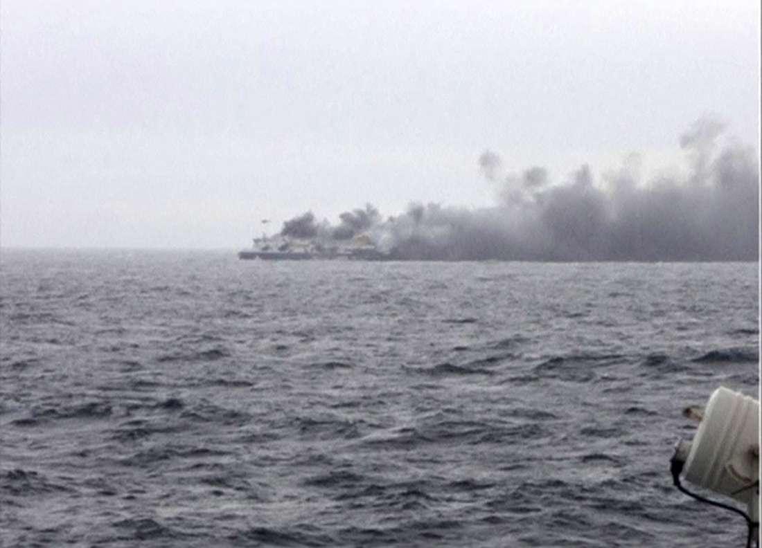 Equipes de resgate têm dificuldade de chegar à embarcação Foto: Skai TV via Reuters TV/Reuters