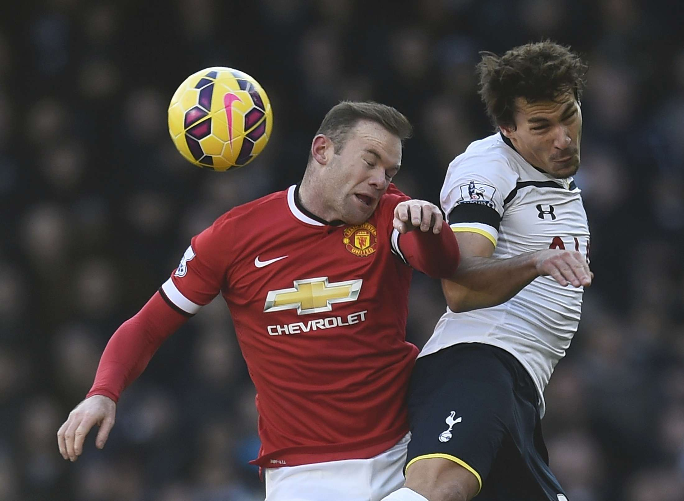 Tottenham Hotspur's Benjamin Stambouli (R) challenges Manchester United's Wayne Rooney during their English Premier League soccer match at White Hart Lane in London December 28, 2014. REUTERS/Dylan Martinez (BRITAIN - Tags: SOCCER SPORT) FOR EDITORIAL USE ONLY. NOT FOR SALE FOR MARKETING OR ADVERTISING CAMPAIGNS. EDITORIAL USE ONLY. NO USE WITH UNAUTHORIZED AUDIO, VIDEO, DATA, FIXTURE LISTS, CLUB/LEAGUE LOGOS OR 'LIVE' SERVICES. ONLINE IN-MATCH USE LIMITED TO 45 IMAGES, NO VIDEO EMULATION. NO USE IN BETTING, GAMES OR SINGLE CLUB/LEAGUE/PLAYER PUBLICATIONS. Foto: DYLAN MARTINEZ/REUTERS