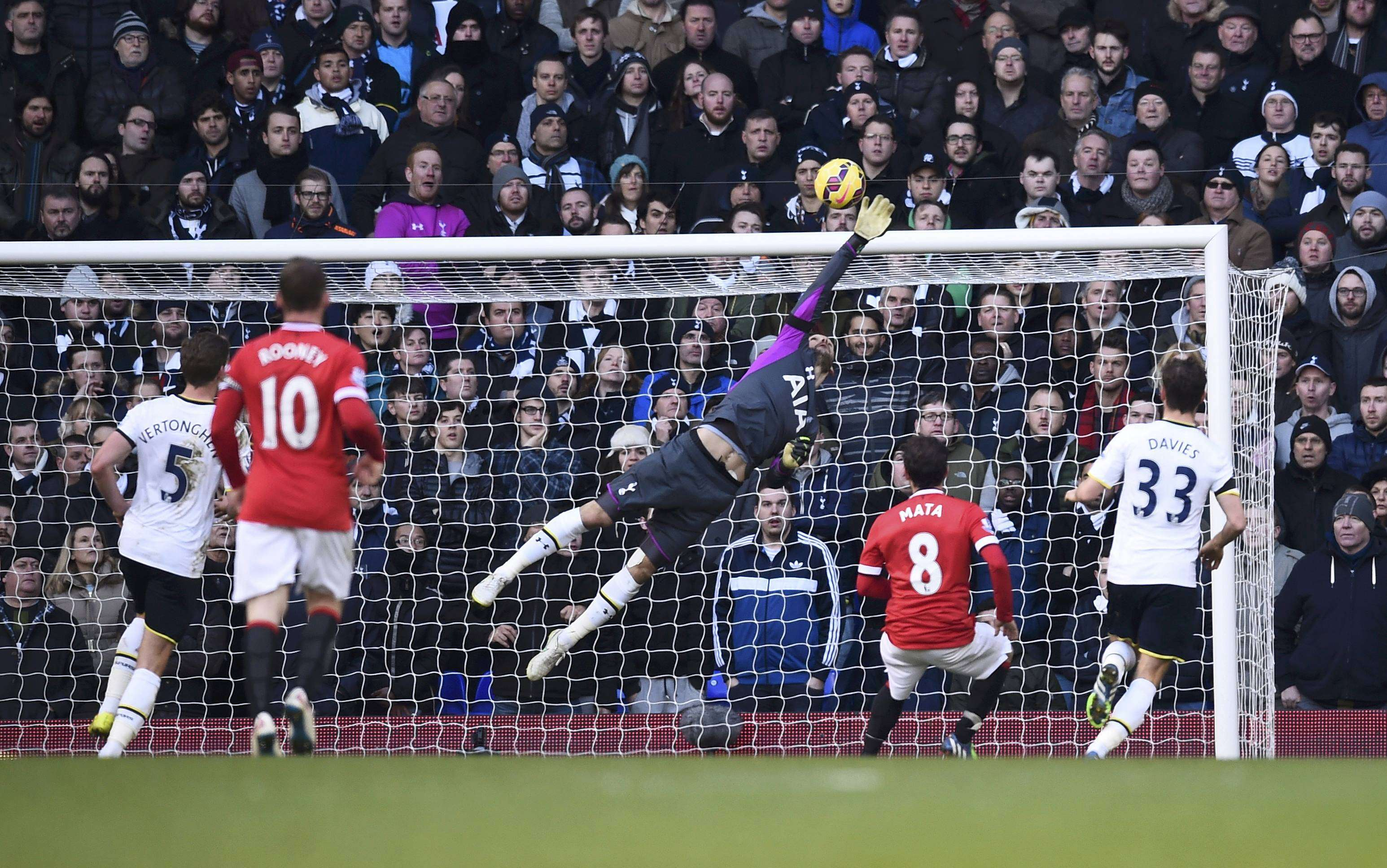 Tottenham Hotspur's Hugo Lloris saves a shot on goal during their English Premier League soccer match against Manchester United at White Hart Lane in London December 28, 2014. REUTERS/Dylan Martinez (BRITAIN - Tags: SOCCER SPORT) FOR EDITORIAL USE ONLY. NOT FOR SALE FOR MARKETING OR ADVERTISING CAMPAIGNS. EDITORIAL USE ONLY. NO USE WITH UNAUTHORIZED AUDIO, VIDEO, DATA, FIXTURE LISTS, CLUB/LEAGUE LOGOS OR 'LIVE' SERVICES. ONLINE IN-MATCH USE LIMITED TO 45 IMAGES, NO VIDEO EMULATION. NO USE IN BETTING, GAMES OR SINGLE CLUB/LEAGUE/PLAYER PUBLICATIONS. Foto: DYLAN MARTINEZ/REUTERS