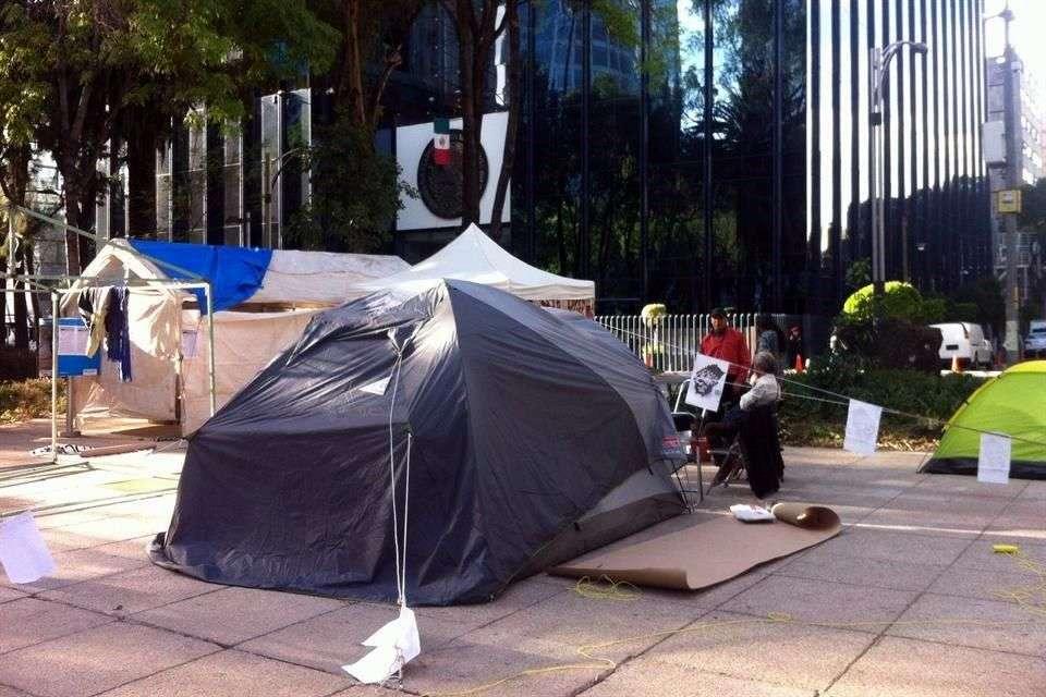 Ninguna autoridad se ha acercado a los manifestantes, ni para conocer sus demandas ni para tratar de retirarlos. Foto: Reforma